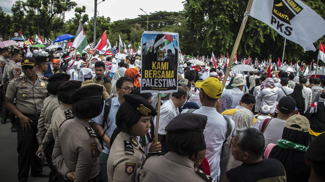 Десятки тысяч людей протестуют в Джакарте против Трампа
