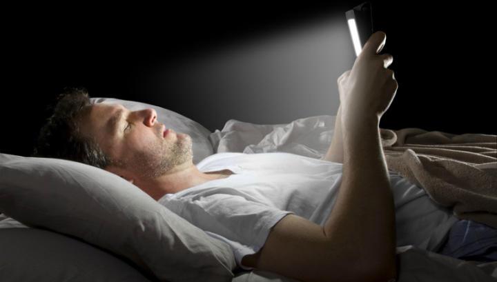 Почему нельзя спать рядом со смартфоном?