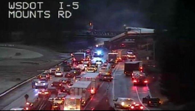 В США поезд упал с моста на шоссе - Фото/Обновлено