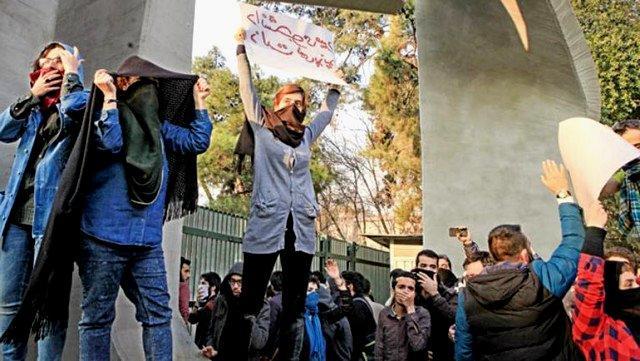İranda etirazlar: qadın küçədə hicabı açdı və... - Video