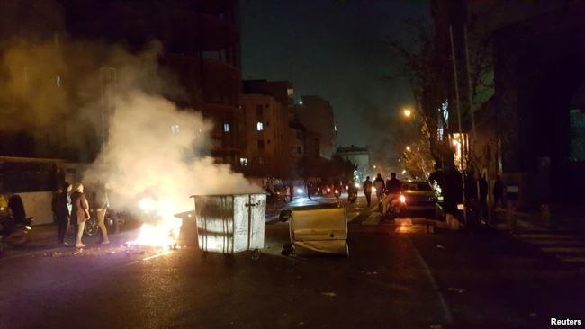 Tehranda iğtişaşlar başladı: 3 polis öldürüldü