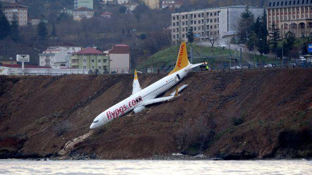 В Турции вытащили кранами съехавший в обрыв Boeing