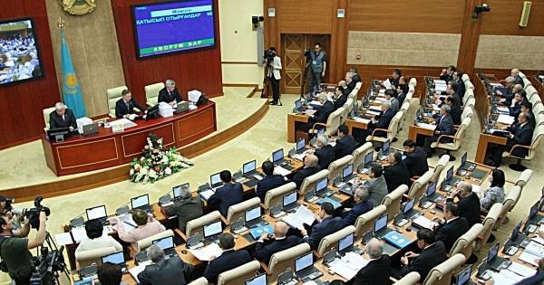 قازاخیستان پارلامنتینده قیزغین موذاکیره: آذربایجان بانکی...