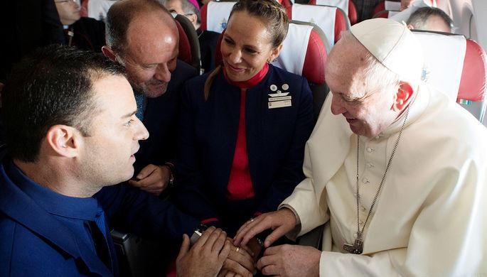 Папа обвенчал стюардессу и бортпроводника в полете