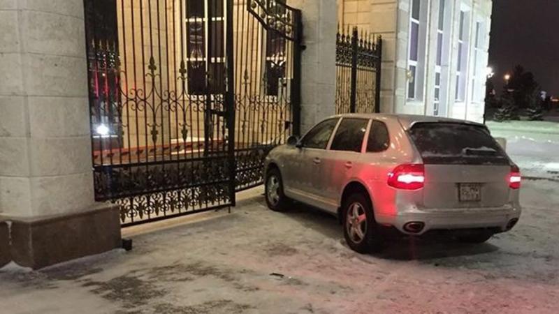 Sərxoş polis avtomobili prezidentin iqamətgahına çırpdı