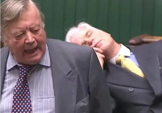 Deputat debat zamanı yuxuladı - Video