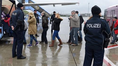 Polis aeroportda əməliyyata başladı, saxlanılanlar var