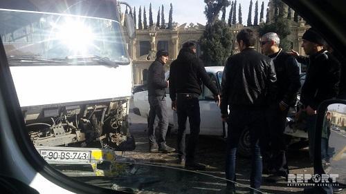 Bakıda sərnişin avtobusu qəzaya uğradı - Foto