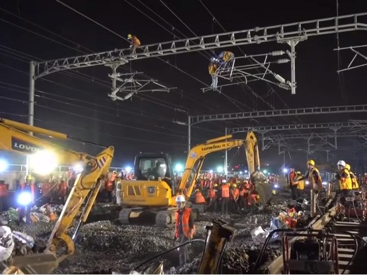 Китайцы проложили железную дорогу за 9 часов - Видео