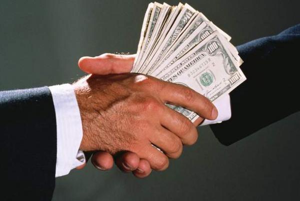 Должностные лица задержаны при получении взятки