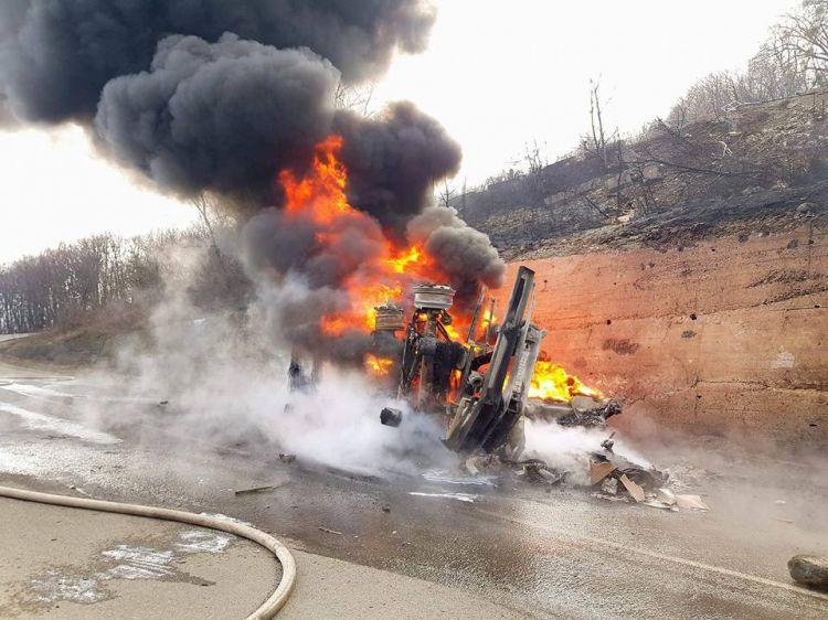 SOCAR-a məxsus benzin daşıyan maşın partladı