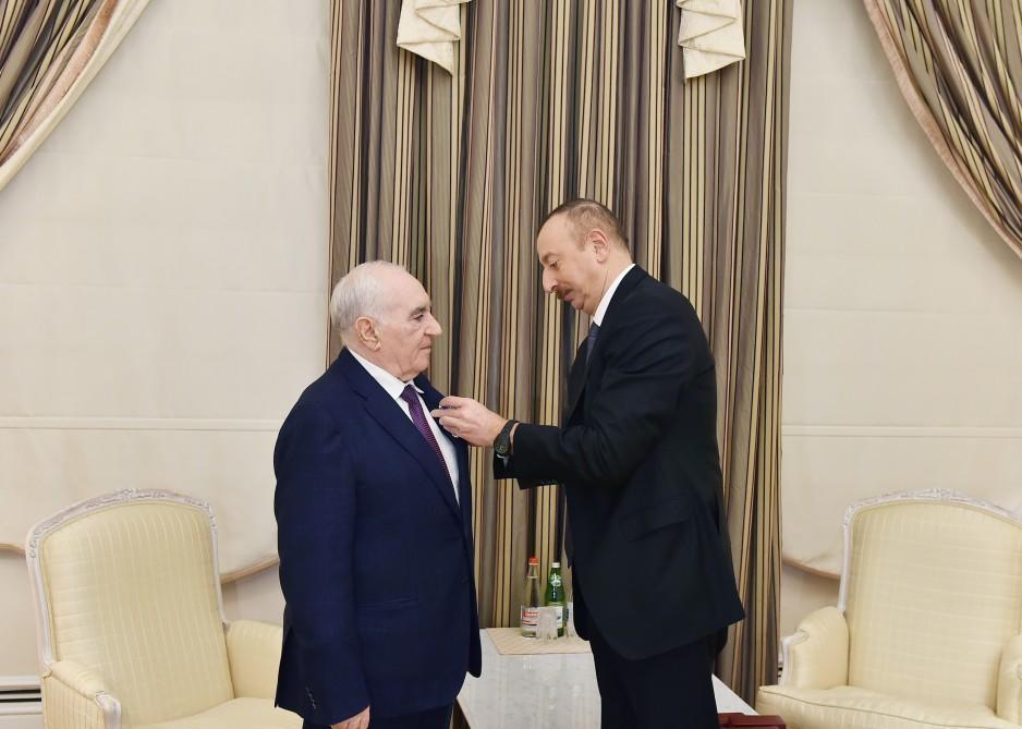 Ильхам Алиев вручил Фаттаху Гейдарову орден - Фото