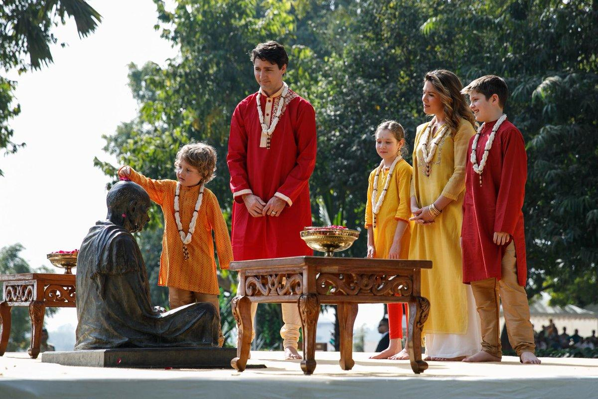 Трюдо с семьей переоделись в индийские наряды - Фото