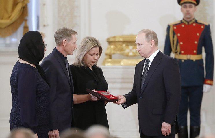 Putin özünü partladan pilotu təltif etdi