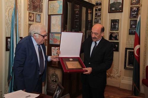 Prezidentin Fəxri diplomu Anara təqdim edildi