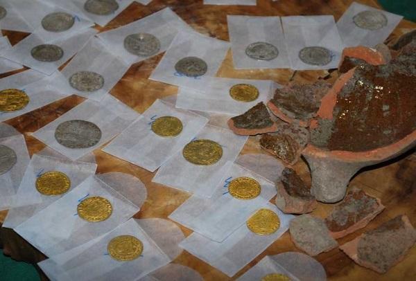 Водопроводчики нашли клад XV века