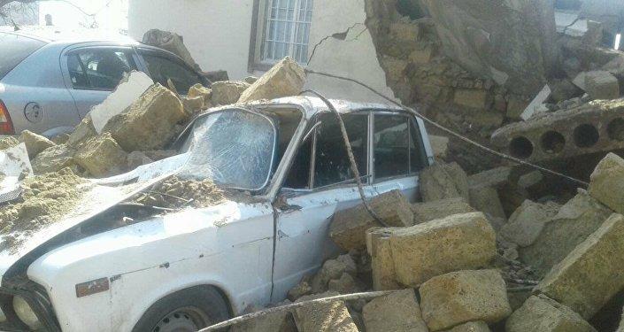 В Баку дом рухнул на автомобили - Фото
