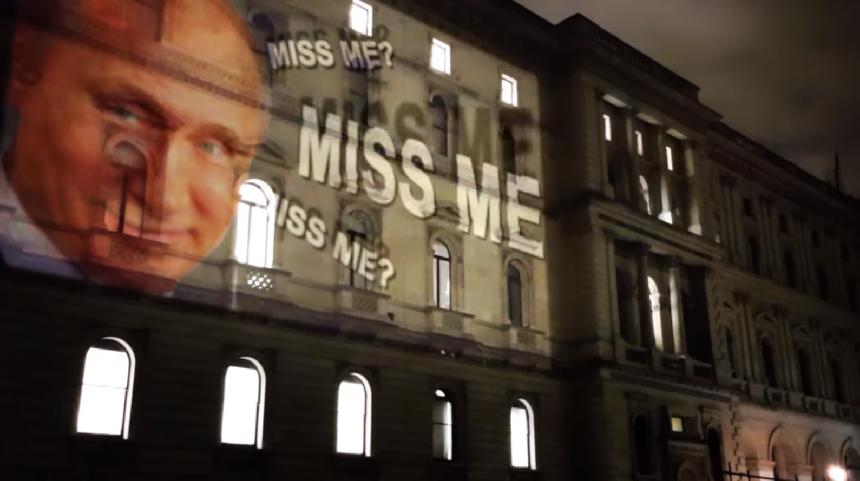 «Соскучились по мне?» - Путин на фасаде МИД Британии - Видео