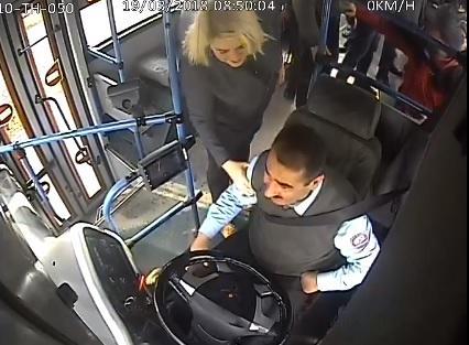 Bakıda qadın sərnişin sürücünü yumruqladı – Video