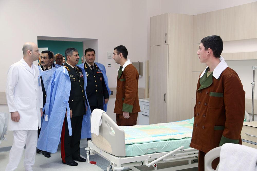 Zakir Həsənov hospitaldakı hərbçilərlə görüşdü - Foto