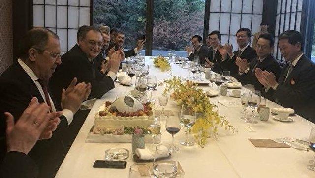 Глава МИД Японии подарил Лаврову торт
