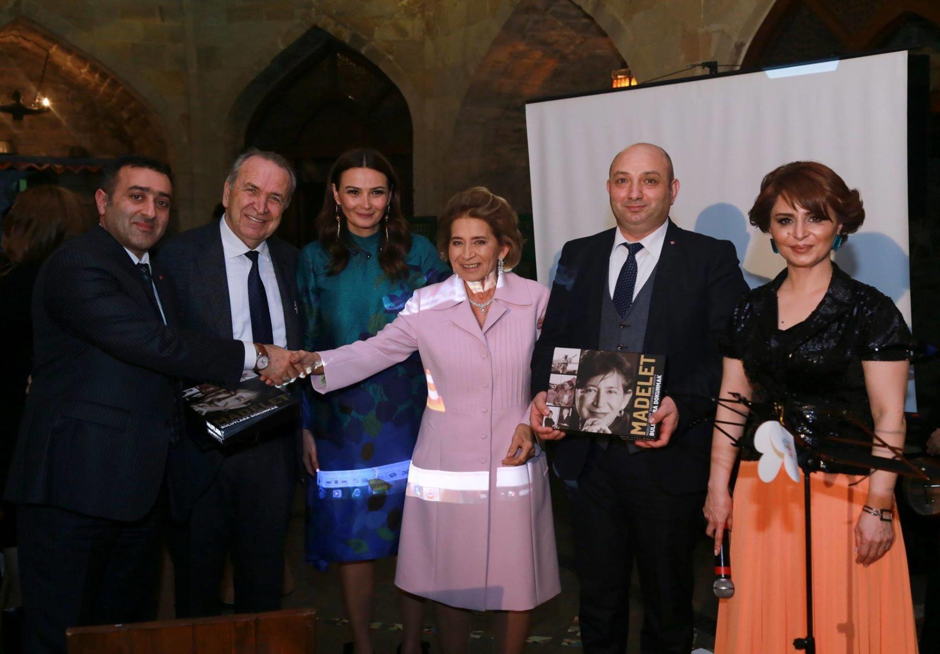 Türkiyənin ilk xanım pilotu Bakıda - Foto