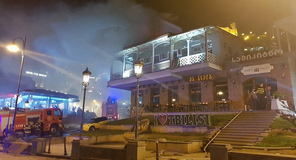 В центре Тбилиси горит знаменитый ресторан