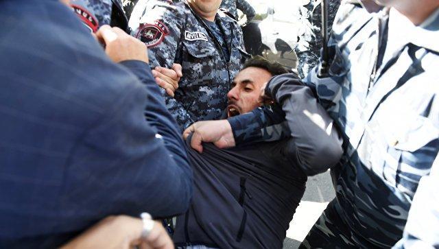 İrəvan iflic oldu: polis tələbələrə zor tətbiq etdi - Video