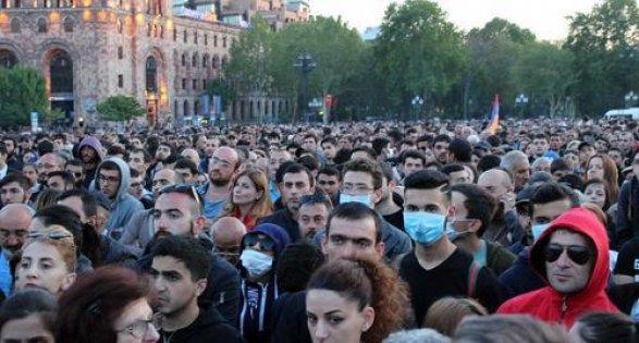 ایروان ایفلیج اولدو: پولیس طلبهلره زور تطبیق ائتدی - ویدئو
