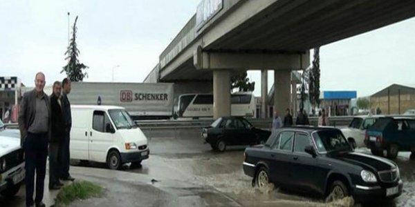 Azərbaycanda güclü yağış: nəqliyyat iflic oldu - Foto