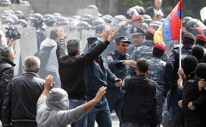 Протесты в Ереване: полиция стянула БТРы -