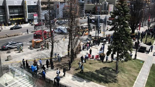 Фургон протаранил толпу пешеходов в Торонто