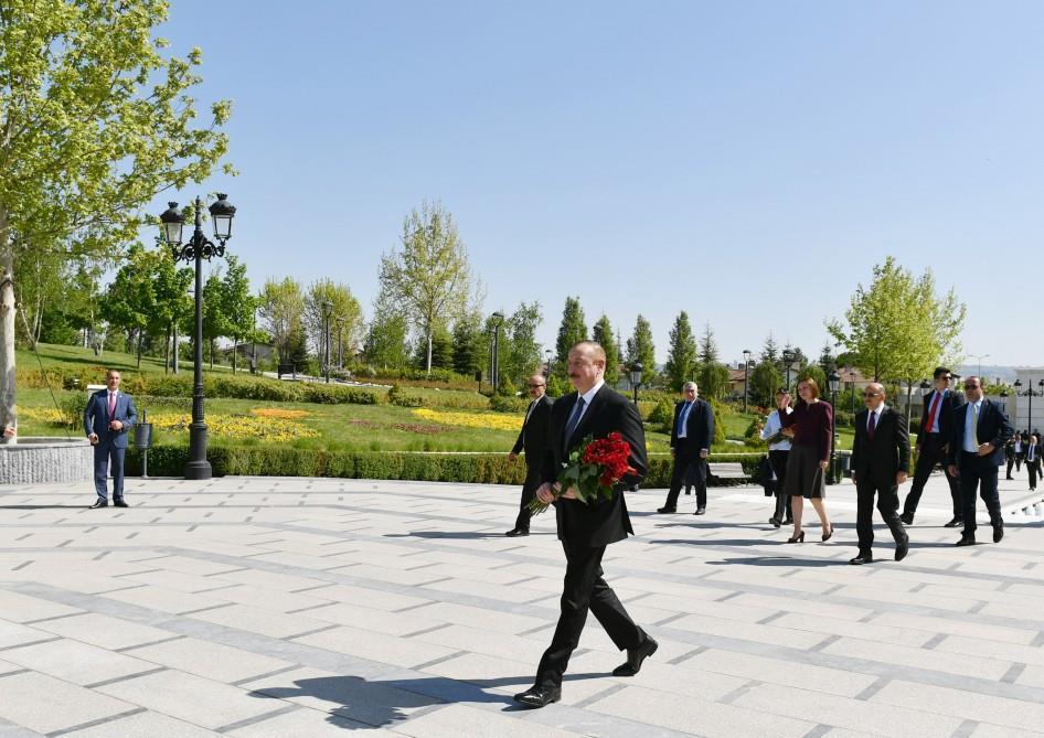 Ильхам Алиев у памятника Гейдару Алиеву в Анкаре