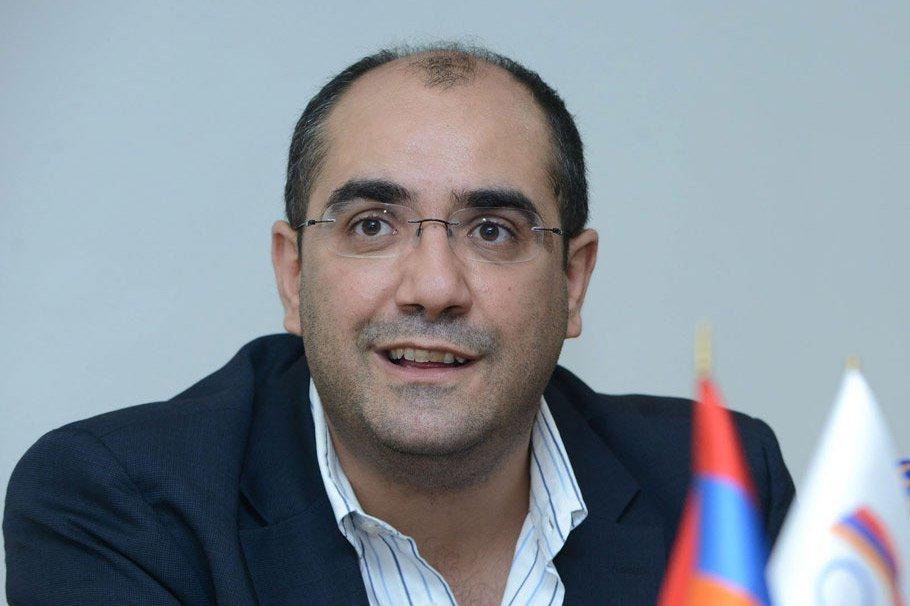 """Армянский министр подал в отставку и пошел """"в народ"""""""