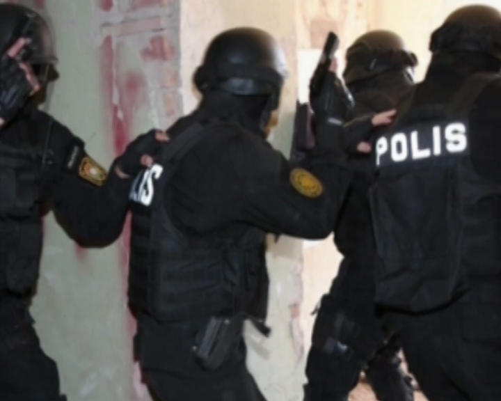 Polisi silahla hədələyən xuliqan zərərsizləşdirildi - Foto