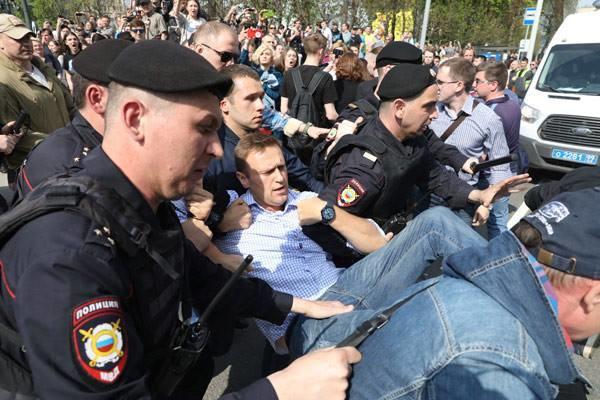 Russian police officer apologizes to protester
