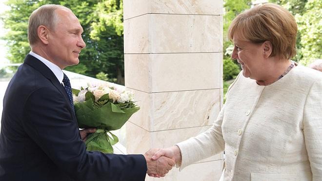 Putin Merkelə ağa olduğunu göstərdi - Bild