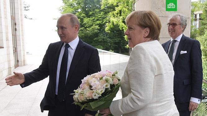 Putin Merkeli gül dəstəsi ilə təhqir etdi – KİV