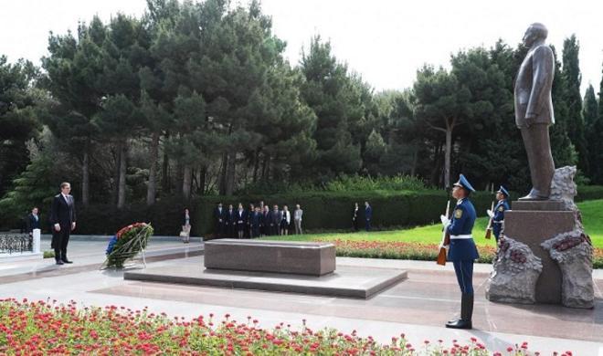 Вучич посетил могилу Гейдара Алиева - Фото
