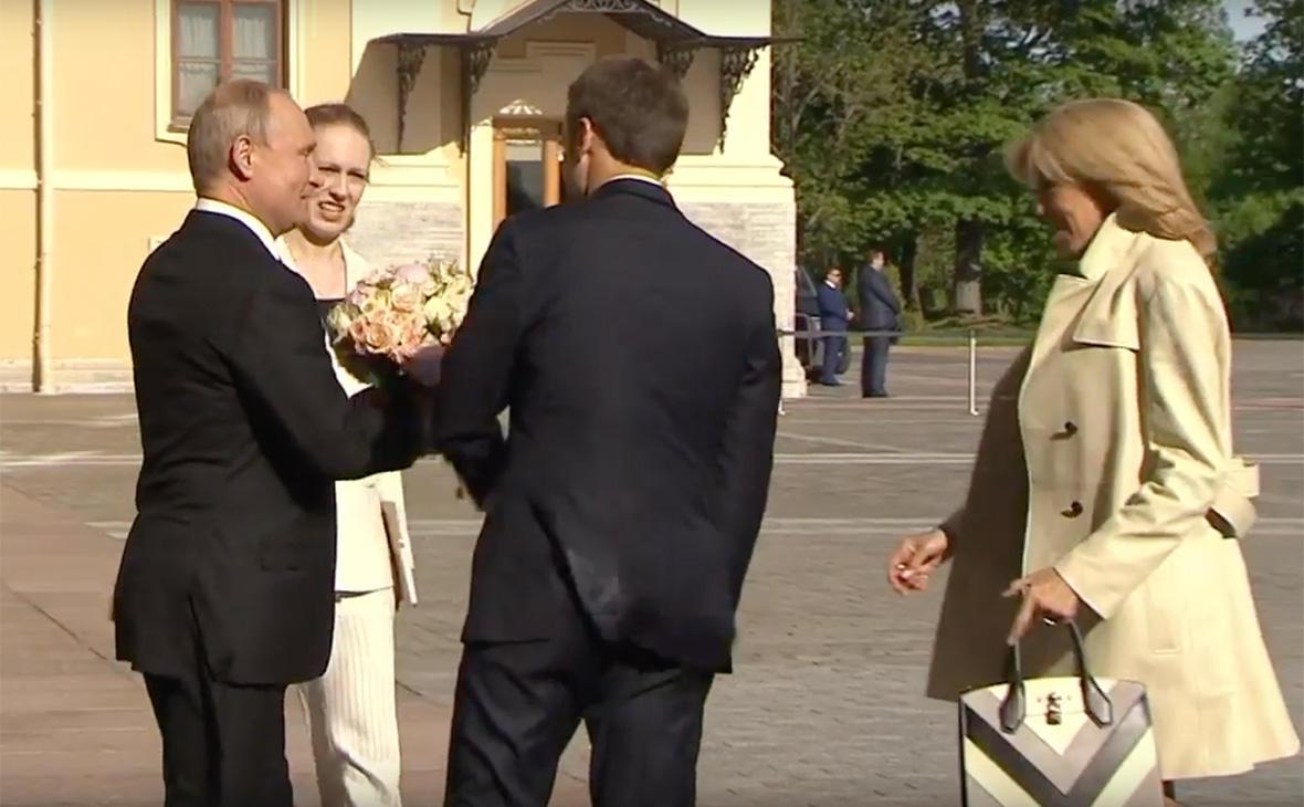 Путин подарил Бриджит Макрон букет цветов