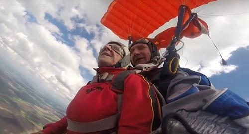Paralyzed woman goes skydiving - Video