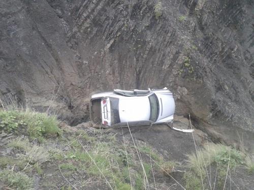 Ucarda avtomobil dərəyə düşdü