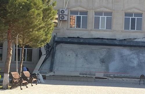 Azərbaycanda universitetin girişinin uçma anı - Video