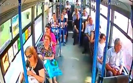 Bakıda sürücü döyüldü, avtobusun şüşəsi sındırıldı