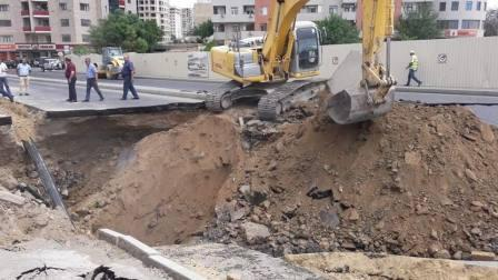Bakıda yolu çökdürən zirzəmi sökülür - Foto