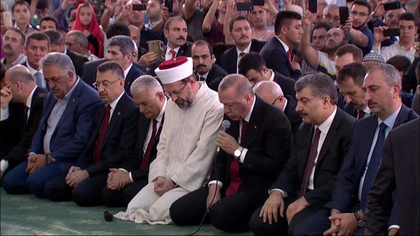 Эрдоган прочел Коран в честь шехидов