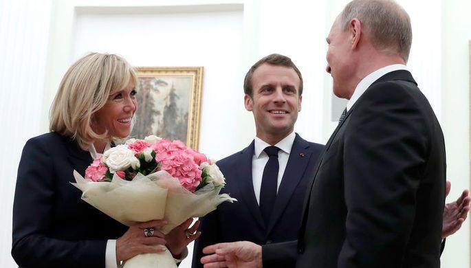 Путин подарил Бриджит букет пионов и роз - Обновлено