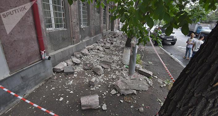 İrəvanda dövlət binasının fasadı uçdu: 1 ölü - Foto