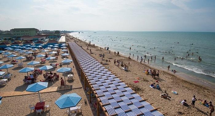 Названы загрязняющие берег Каспия центры отдыха