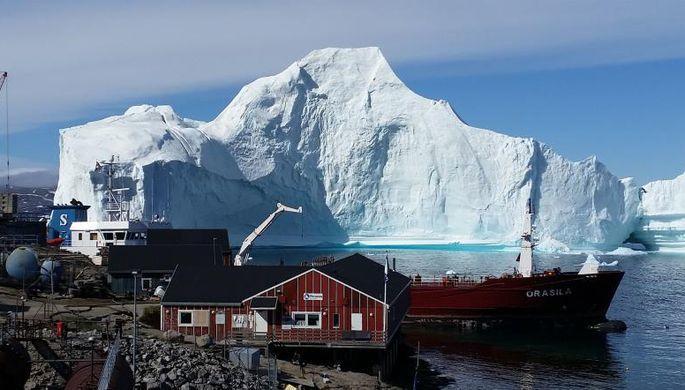 К Гренландии «пришвартовался» огромный айсберг